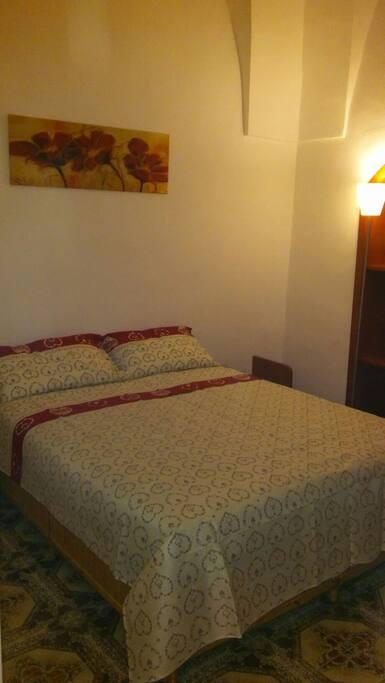 camera da letto con letto matrimoniale