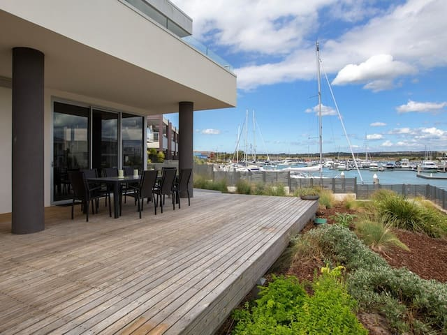 Stylish 3BD Unit with gorgeous Marina Views - Safety Beach - Apartment