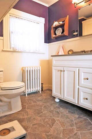 The shared bathroom with full tub!
