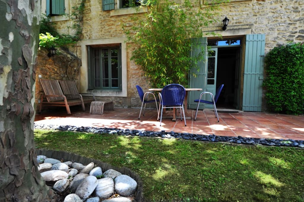 Terrasse et jardin privé, Les petits déjeuners et repas peuvent être pris dans le jardin clos et privatif, à l'ombre du grand platane.