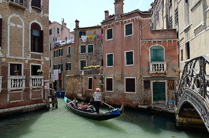Relax on a terrace with canal view! - Venice - Apartment