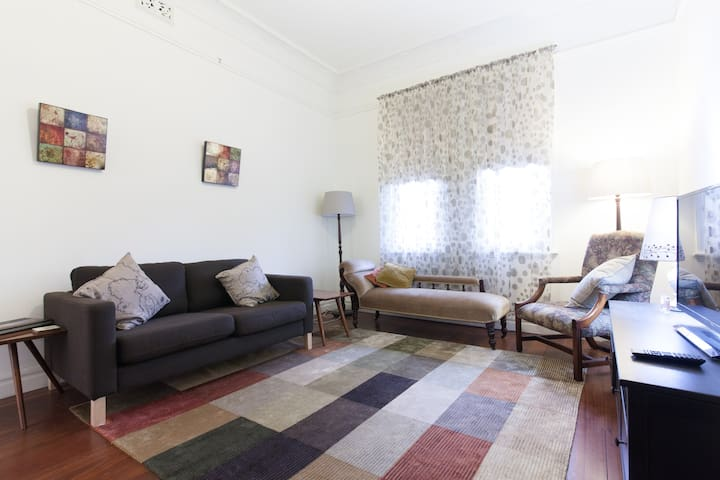 Charming, bright near-city cottage - North Perth