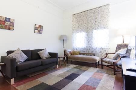 Charming, bright near-city cottage - North Perth