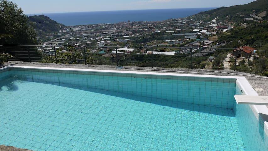 Mansarda con piscina vista mare