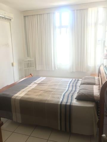 Quarto 2 com cama de casal, TV e ar-condicionado.