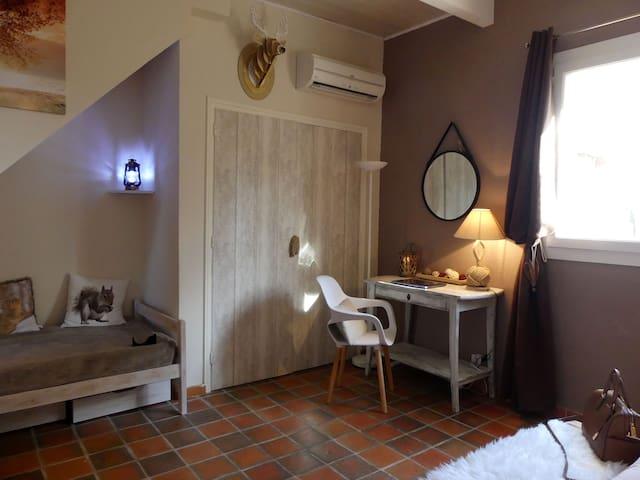 Le lit une place et le coin bureau de la Chambre Cabane