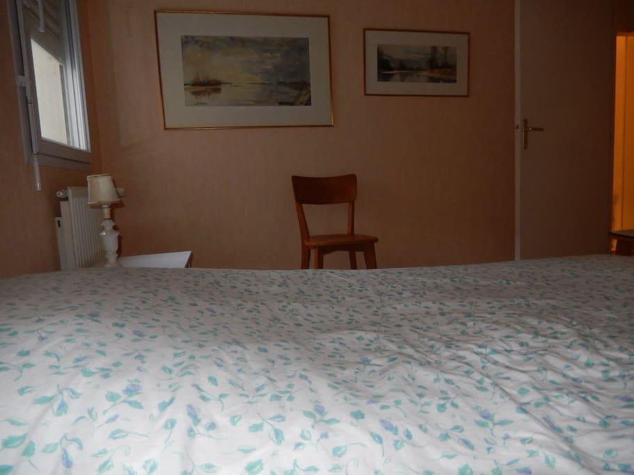 chambre avec un vrai lit de 1,40m