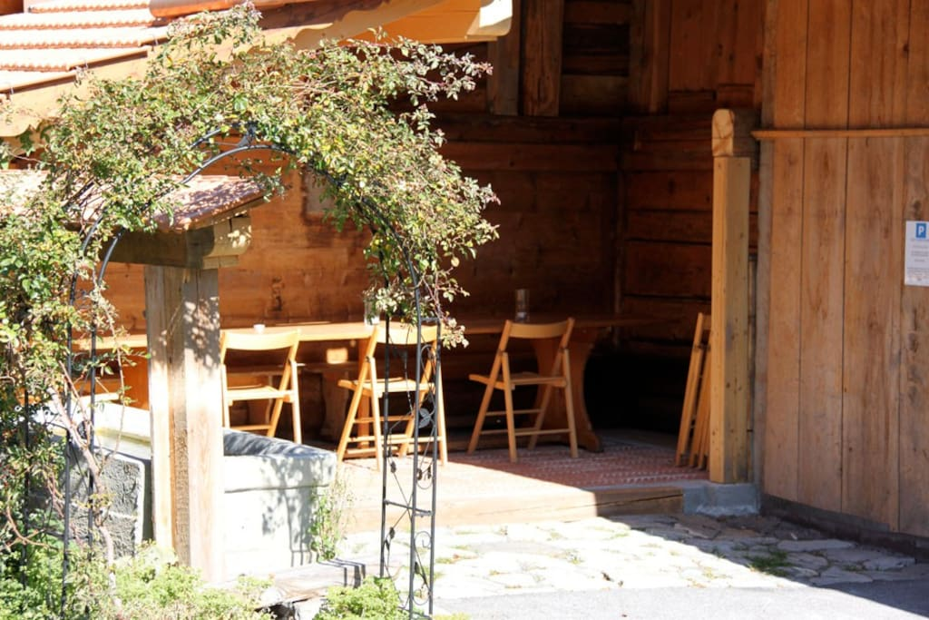 Aussensitz- und Essplatz beim Brunnen, Hausteil