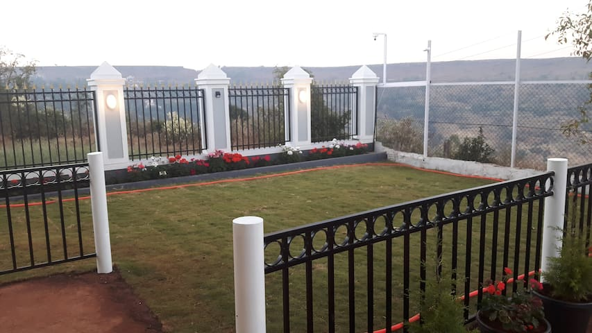 """Aster""  A/C apartment with private balcony - Panchgani - Bed & Breakfast"