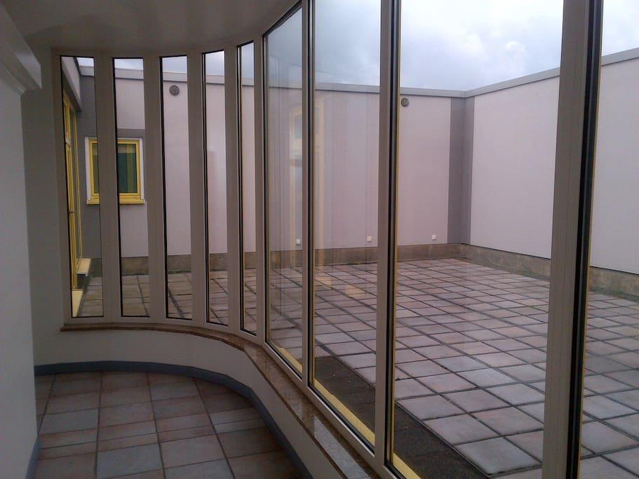 Ein großartikes Atrium ist gut zum Sitzen oder Rauchen