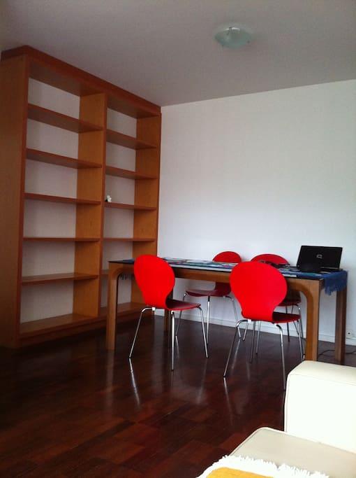 Sala de estar com mesa e 4 cadeiras