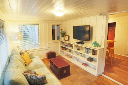 Cute Siesta Key Cottage across from beach access!!