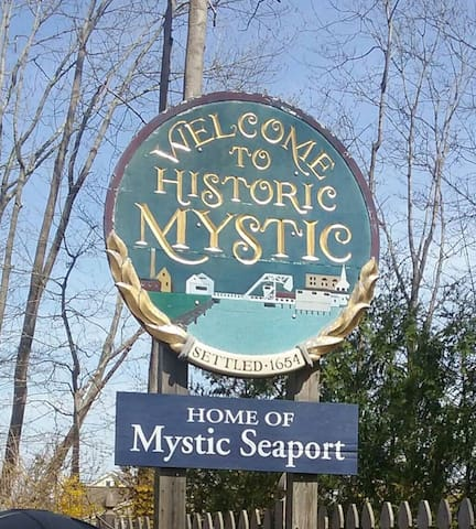 Mystic Apt style room, private separate entrance. - Mystic - Daire