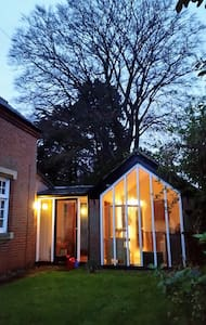 Annexe with flowery patio - Norwich