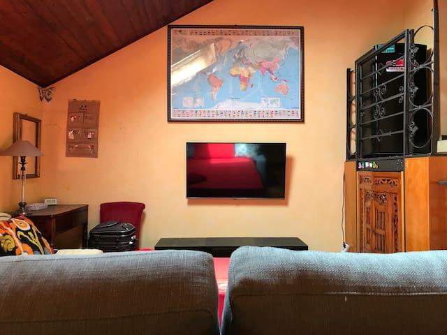 Zona soggiorno con TV via cavo minibar scrittoietto è piccolo armadio