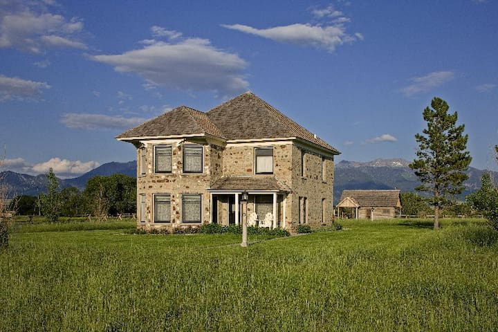 Historic Thextondale Homestead - 1 Mile of Madison River Frontage