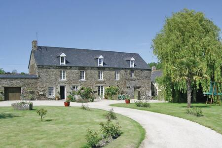 Holiday apartment with 2 bedrooms on 65m² in Roz-Landrieux