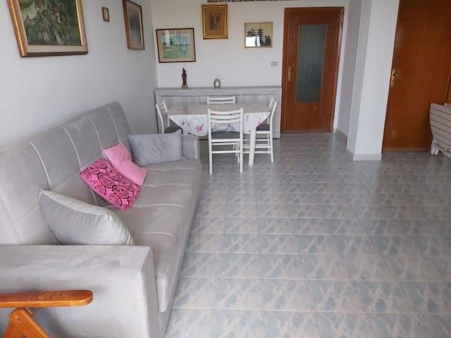 Sala pranzo con divano letto 1 piazza e mezza