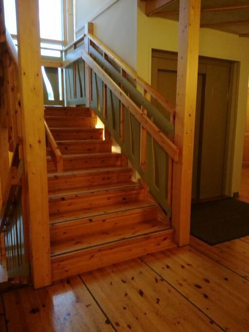 Porraskäytävä ja hissi Stairway and lift.