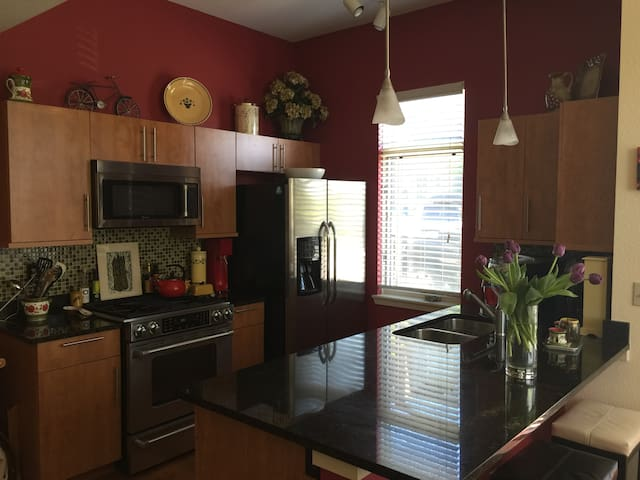 Active fun/biz travel Luxe and comfy 1br NBoulder