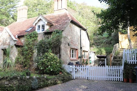 Luxury RURAL 16th Century Stone Cottage SHANKLIN