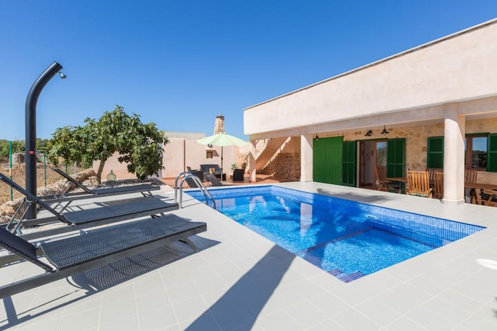 SHORT DE SON FIDEU - Modern villa in the countryside, with private pool and near the sea.