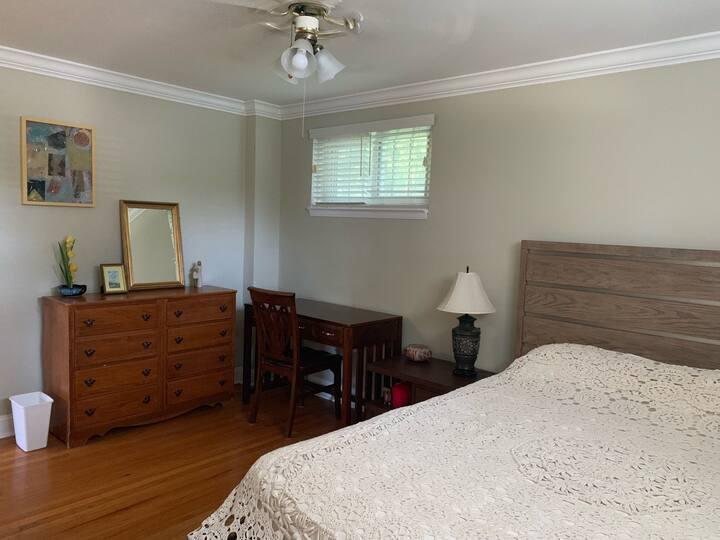 Comfy Paoli Queen Size Bed (Bathroom+Closet+Desk)