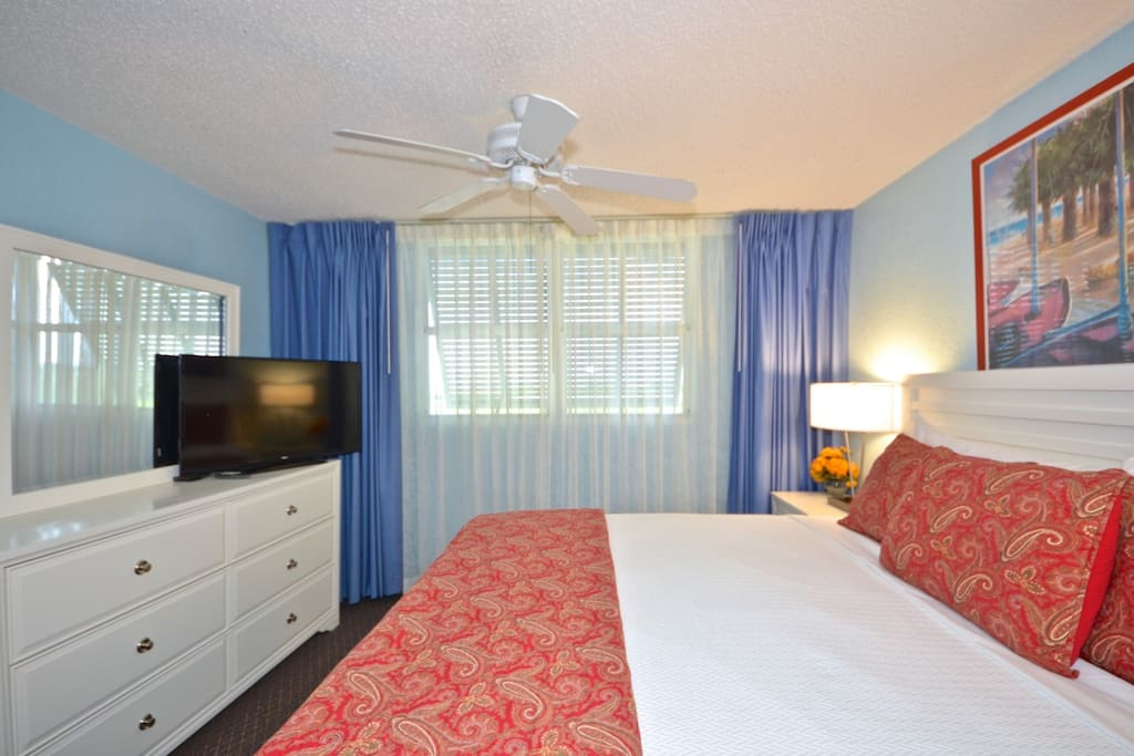 Large master bedroom with wifi and cable access