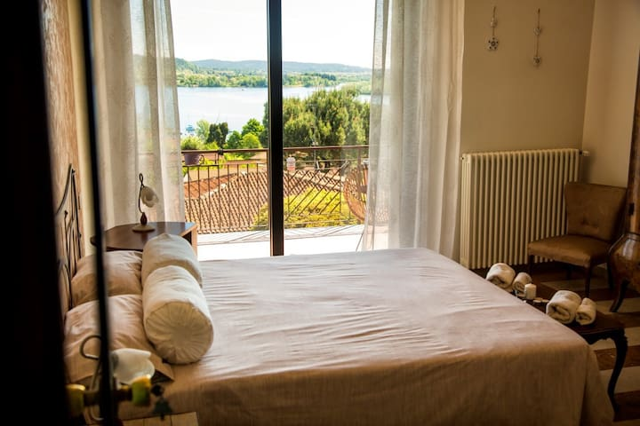 Camera matrimoniale con terrazza vista lago