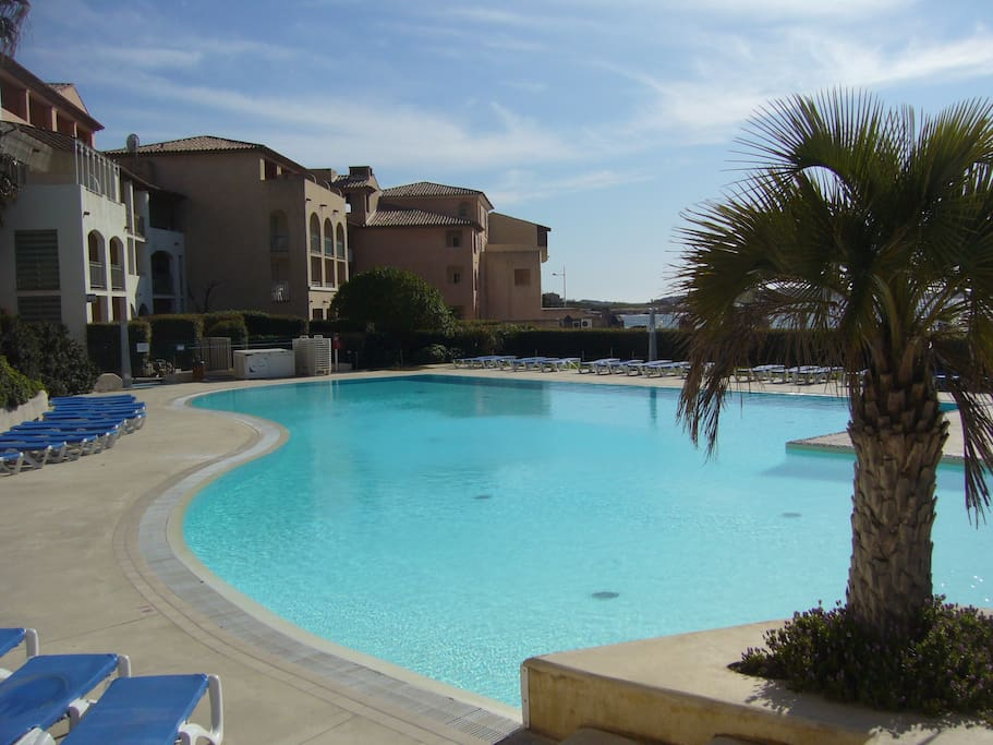 Appartement bord de mer piscine flats for rent in six for Piscine six fours