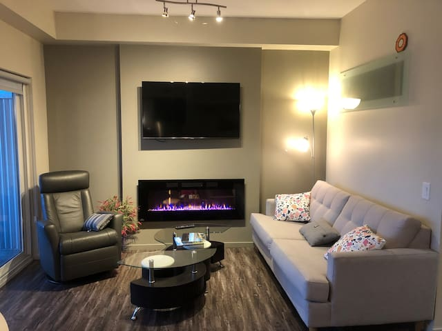 Exec-2 Bdrm Condo Heart of downtown-private BBQ