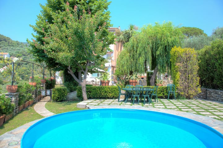 House of the sun - nice apartment for 5 people, with garden and pool