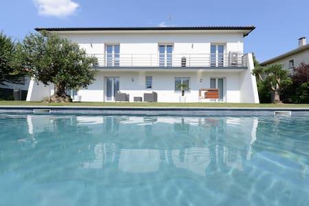 Top 20 des location villa vacances toulouse airbnb for Piscine 50m toulouse