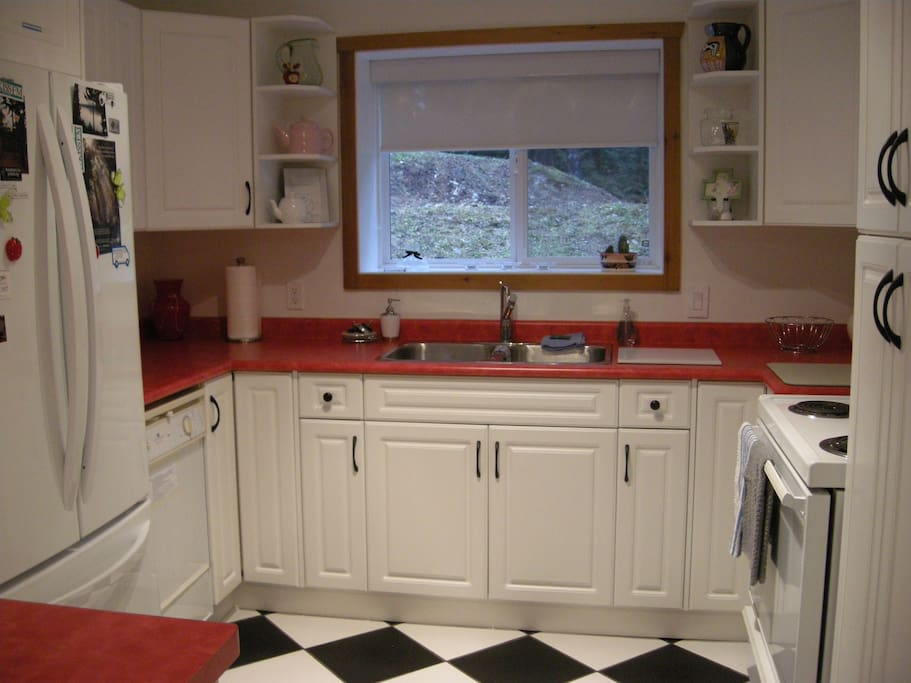 Fully Equipped Kitchen with 4 Large Appliances - a Cook's Delight