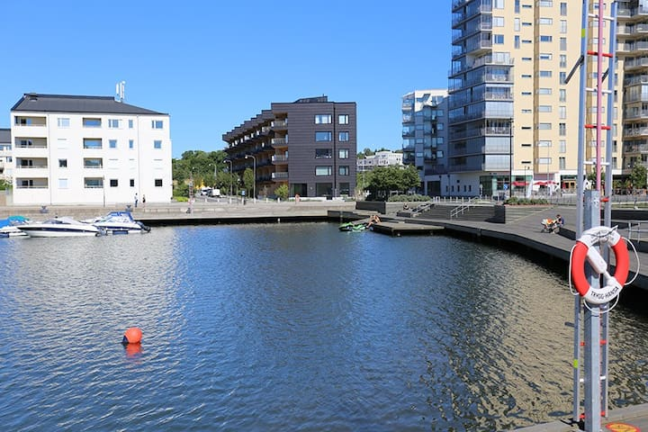 Top floor apt by the water, 10min from city center