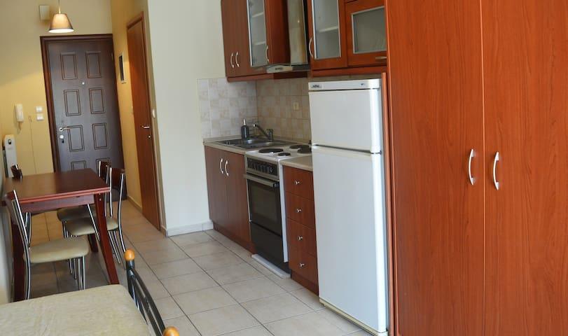 Λεπτοκαρυά, Angie's apartment