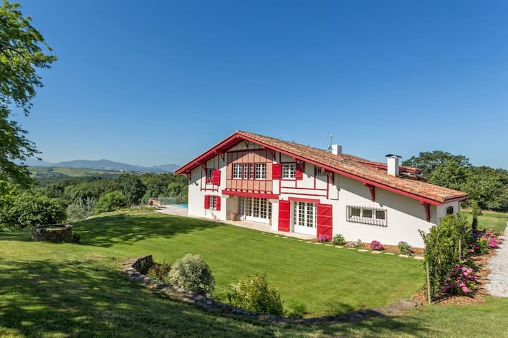 Basque Country │Magnificent villa · 7 suites · View on the Pyrenees · Pool