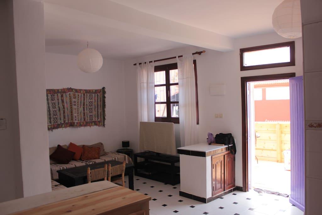 Blick aus der Küche ins Wohnzimmer und auf die Terrasse