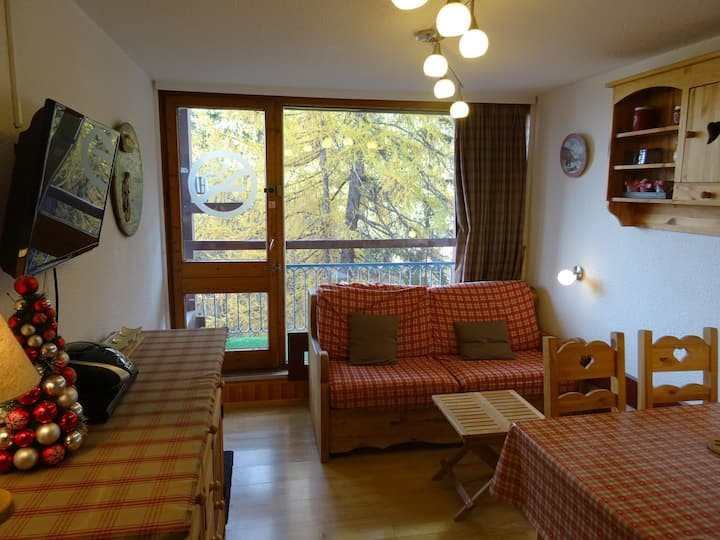 Nice studio for 4 guests with a chalet atmosphere, ski in ski out, close to the shops, in the Charvet area in Arc 1800