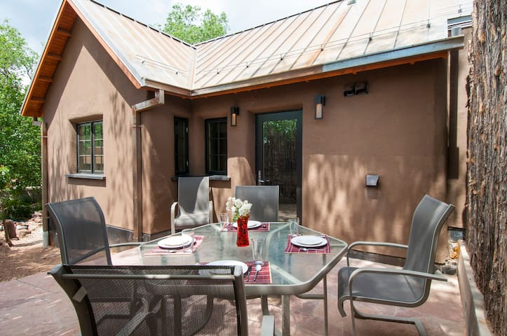 Casita San Acacio, Walk to Historic Canyon Road!