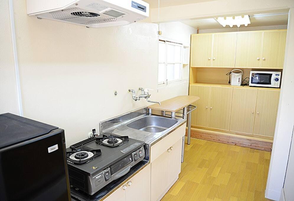 キッチンが備え付けてありますので、ご自由にお使い下さい。古民家宿で沖縄料理を楽しむのもおすすめですよ。食材などはお客様各自でご用意して頂いております。中身は開けております冷蔵庫なども設置してありますのでご利用下さい。  Kitchen is provided, please use it freely. you prepare the ingredients by visitor each person. You use refrigerator too.
