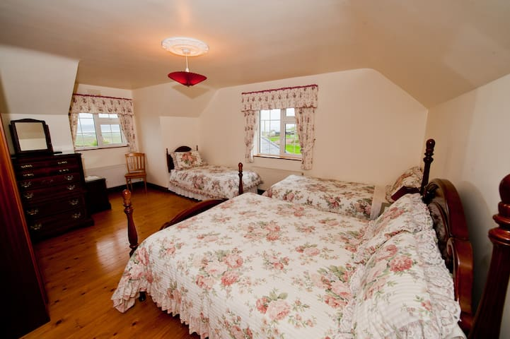 Atlantic View Family Room For 4. - Liscannor - Bed & Breakfast