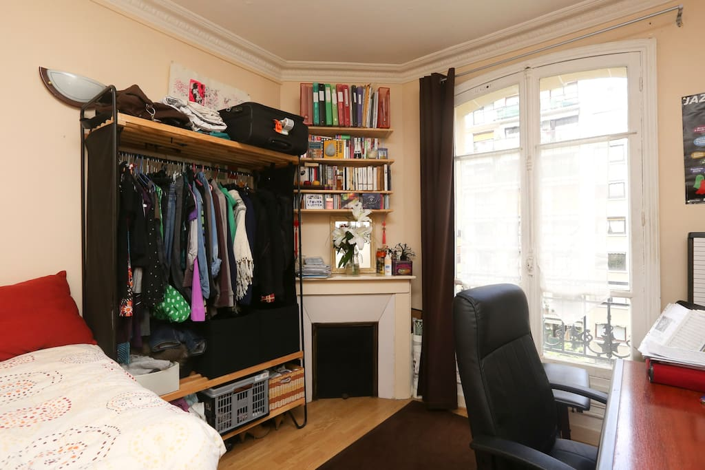 cosy room in paris 20 me apartments for rent in paris le de france france. Black Bedroom Furniture Sets. Home Design Ideas
