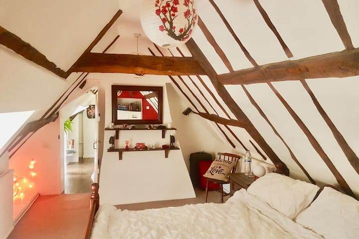 """HiHo"" - Artistic Attic in a Historic Cottage"