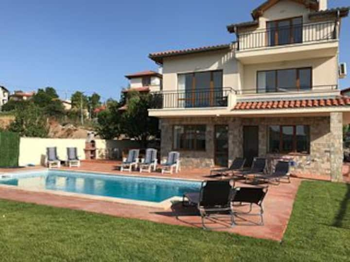 Villa, 5 beds,  private pool, gardens & parking.