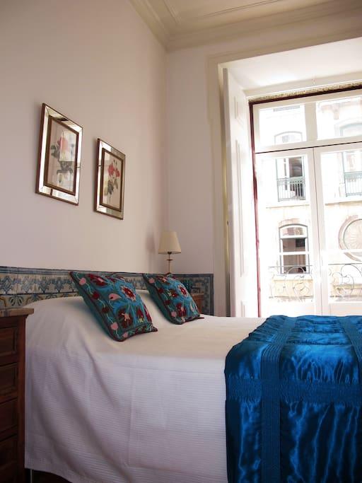 Suite principal com quarto com cama de casal.