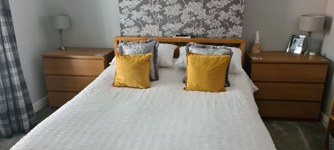 King-size bed, main bedroom