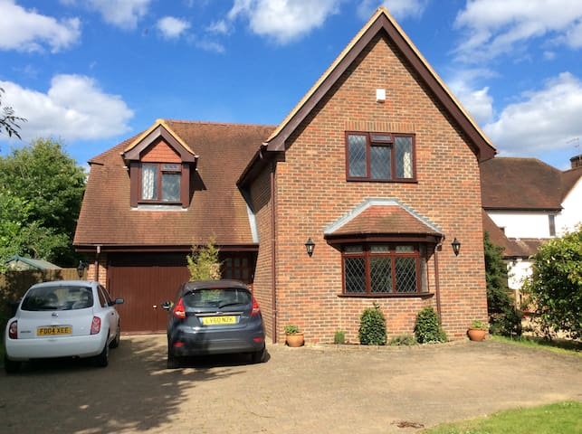 Lovely home, two large bedrooms - Woking - Huis