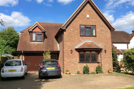Lovely home, two large bedrooms - Woking - Casa