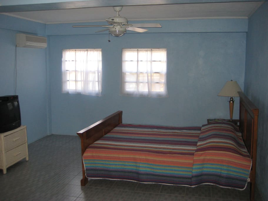Large bedroom w/ 2 double beds